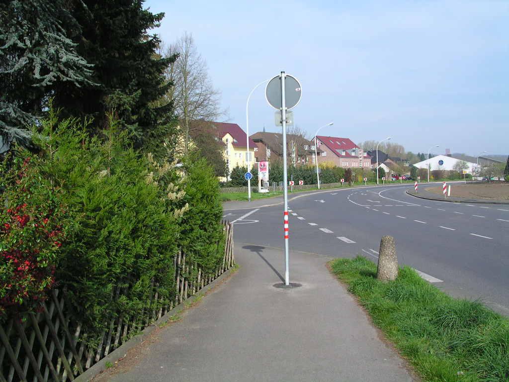 Verkehrsschild auf Radweg
